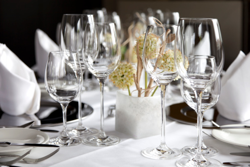 Hotel「Restaurant table with wine glasses and napkins」:スマホ壁紙(14)