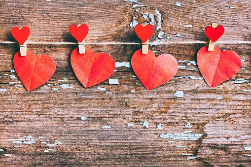 バレンタイン「Paper hearts hanging on string with clothespin」:スマホ壁紙(13)