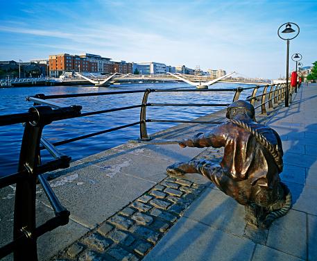 Liffey River - Ireland「The Linesman statue and Sean O'Casey Bridge」:スマホ壁紙(13)