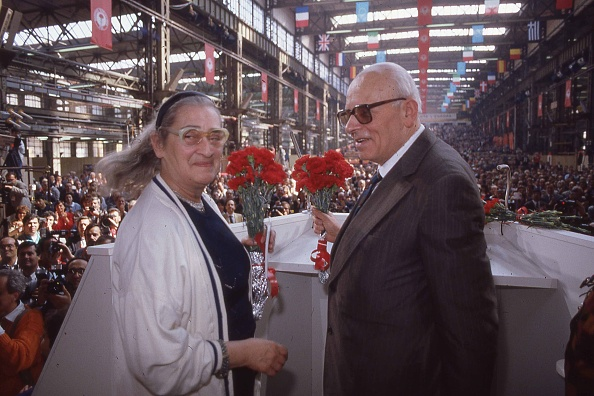 カーネーション「Andrei Sakharov and his wife Yelena Bonner hold carnation flowers (symbol of Italian socialist party) at the Italian socialist party conference, Italy 1989」:写真・画像(13)[壁紙.com]