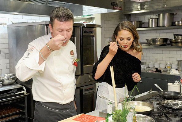 "Cooking「Chrissy Teigen Joins Stella Artois At The ""King's Feast"" Celebration To Kick-Off A Season Of Memorable Holiday Hosting」:写真・画像(19)[壁紙.com]"