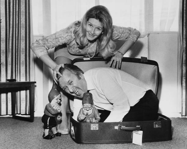 Suitcase「Not Now Darling」:写真・画像(11)[壁紙.com]