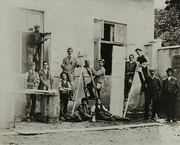 Glazier「Glaziers And Painters In Front Of A House Facade In Tarnow」:写真・画像(14)[壁紙.com]