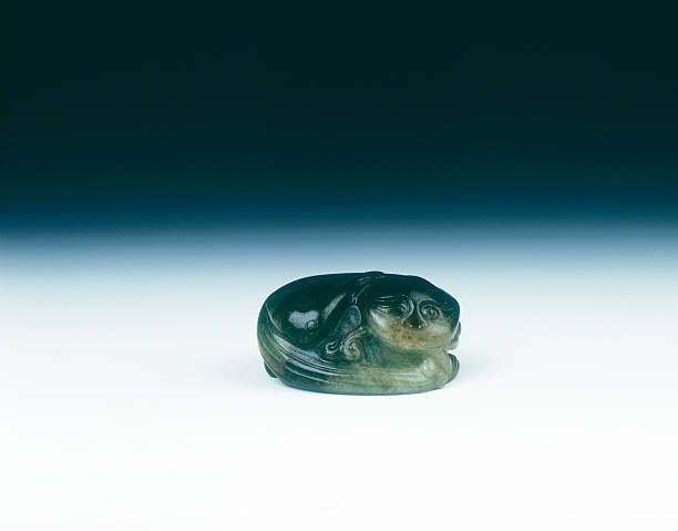 Jade cat sitting curled up scratching its ear with one eye closed, Yuan dynasty, China, 1279-1368.:ニュース(壁紙.com)