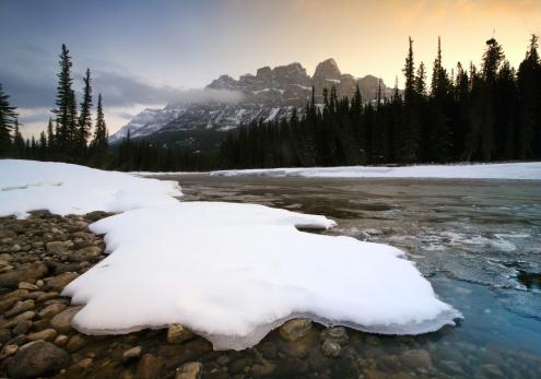 Alpenglow「Canadian Rockies Winter Scenic on Bow River」:スマホ壁紙(14)