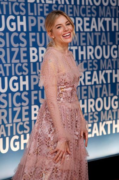 Sienna Miller「2017 Breakthrough Prize - Red Carpet」:写真・画像(17)[壁紙.com]