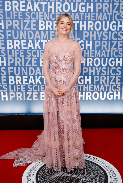 Sienna Miller「2017 Breakthrough Prize - Red Carpet」:写真・画像(16)[壁紙.com]