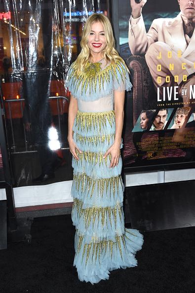 """Sienna Miller「Premiere Of Warner Bros. Pictures' """"Live By Night"""" - Arrivals」:写真・画像(2)[壁紙.com]"""