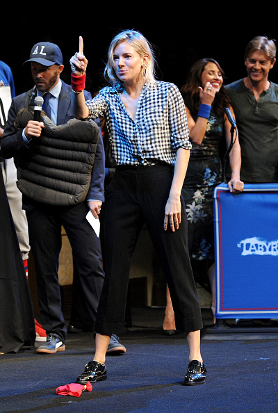 Sienna Miller「Labyrinth Theater Company's Celebrity Charades Gala 2016」:写真・画像(7)[壁紙.com]