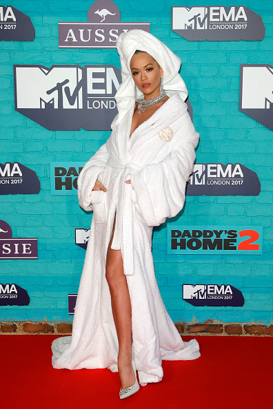 Bathrobe「MTV EMAs 2017 - Red Carpet Arrivals」:写真・画像(2)[壁紙.com]