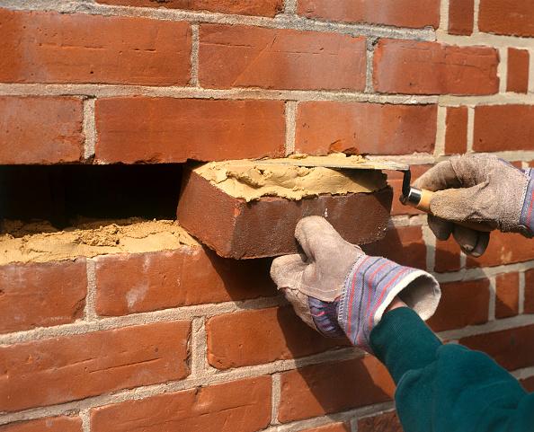 Bricklayer「Replacing a brick in a wall」:写真・画像(17)[壁紙.com]