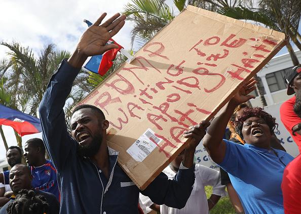 問う「Haitian Community Activists Protest President Trump's Recent Offensive Comments Near Mar-a-Lago」:写真・画像(19)[壁紙.com]