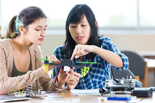 工業技術「Teacher helps student with drone in STEM high school」:スマホ壁紙(7)