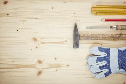 Protective Glove「Screwdriver, work glove, pencil, folding ruler, hammer on wood, close up」:スマホ壁紙(12)