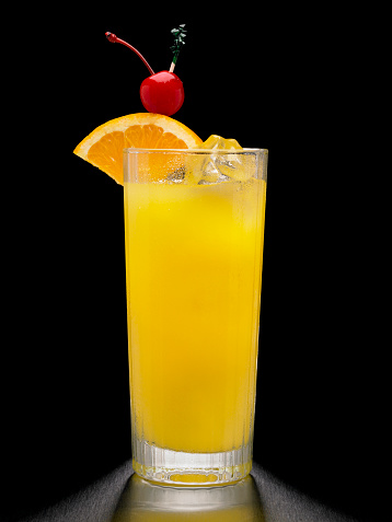 Fruit Garnish「Screwdriver or Vodka and Orange Cocktail on black background」:スマホ壁紙(11)