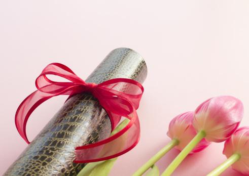 Graduation「Diploma tube and tulips」:スマホ壁紙(18)