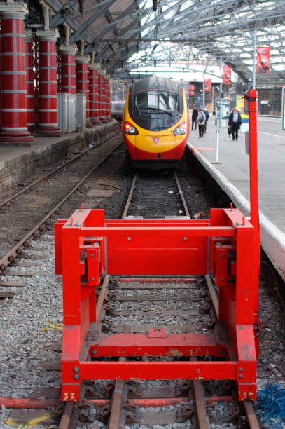 A Pendolino trainset stands at the buffer stops in Liverpool Lime St after arriving from Euston. February 2005.:ニュース(壁紙.com)