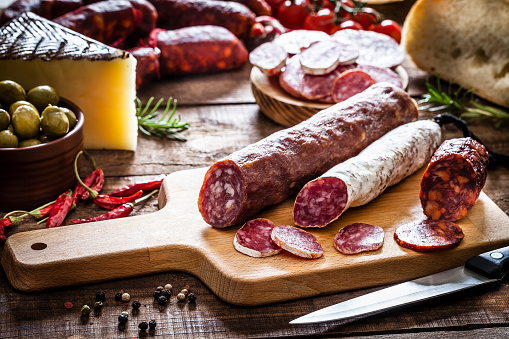 Salami「Mixed spanish chorizo pieces on rustic wooden table」:スマホ壁紙(19)