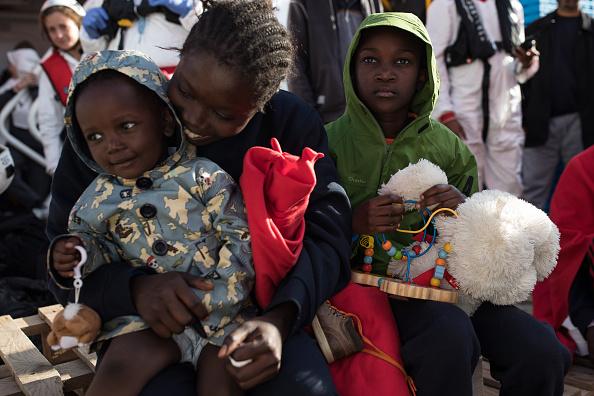 Disembarking「MOAS Conduct Rescue Operations Off The Libyan Coast」:写真・画像(18)[壁紙.com]