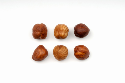Hazelnut「Three hazel nuts」:スマホ壁紙(8)