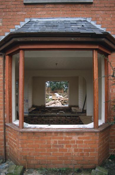 Overgrown「Danaged bay window, council estate to be demolished」:写真・画像(10)[壁紙.com]