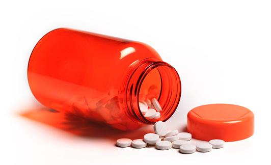 Healing「Pills spilling out of open pill bottle」:スマホ壁紙(1)