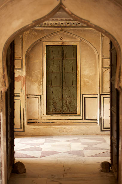 India, Rajasthan, Amber Fort, painted door, view through archway:スマホ壁紙(壁紙.com)