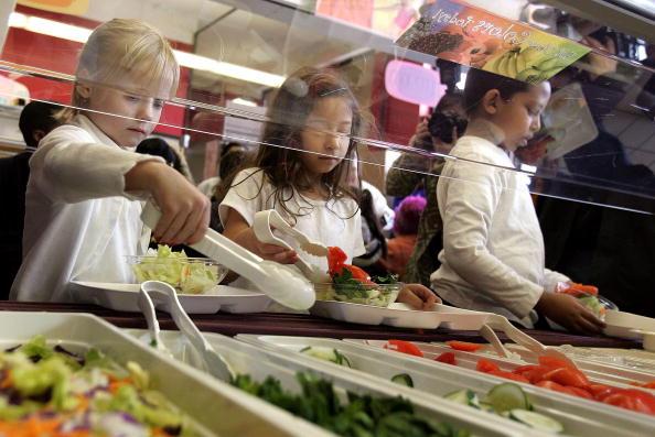 昼食「Senator Dick Durbin Tours New Healthy Lunch In Schools Program」:写真・画像(18)[壁紙.com]