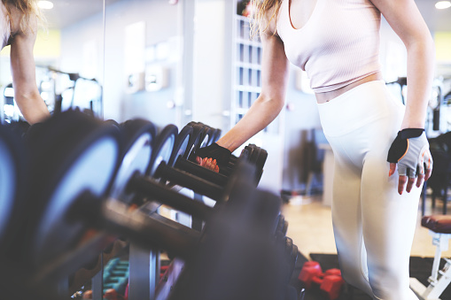 Caucasian Ethnicity「woman at fitness club with weight in hand」:スマホ壁紙(5)