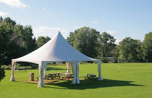 Small Marquee Tent with picnic tables in a park:スマホ壁紙(壁紙.com)