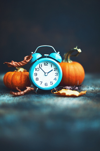 Checking the Time「Time for Fall. Alarm clock with leaves and pumpkins. Daylight Savings Time.」:スマホ壁紙(19)
