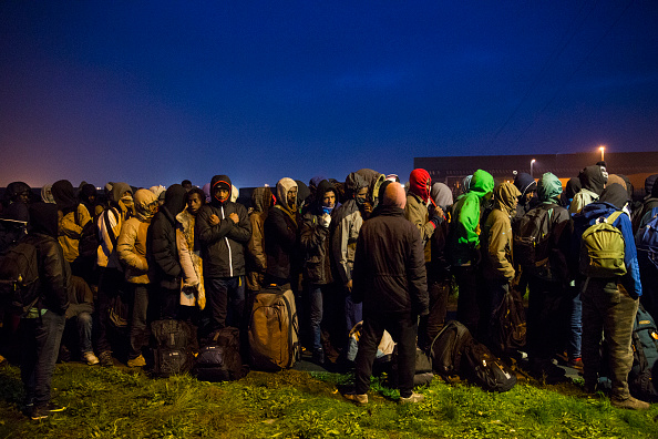 Waiting In Line「Migrants Leave The Jungle Refugee Camp In Calais」:写真・画像(2)[壁紙.com]