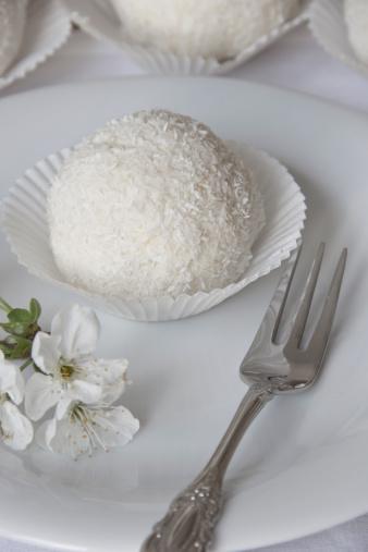 Snowball「Snowball pastry on white plate」:スマホ壁紙(15)