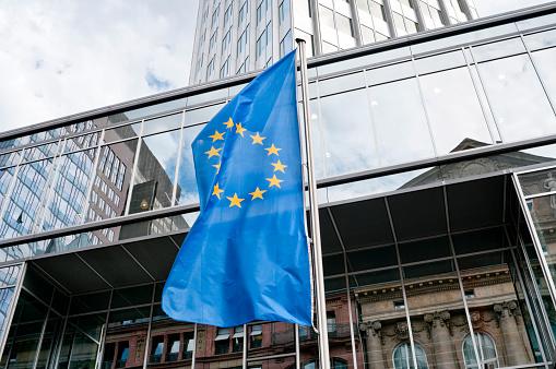 Pole「European Union flag in front of the Eurotower in Frankfurt」:スマホ壁紙(6)
