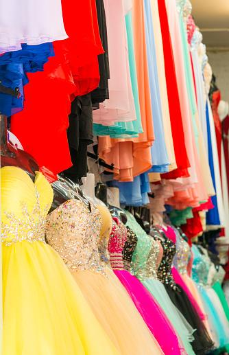 オアフ島「Colorful dresses on display in dress shop」:スマホ壁紙(17)