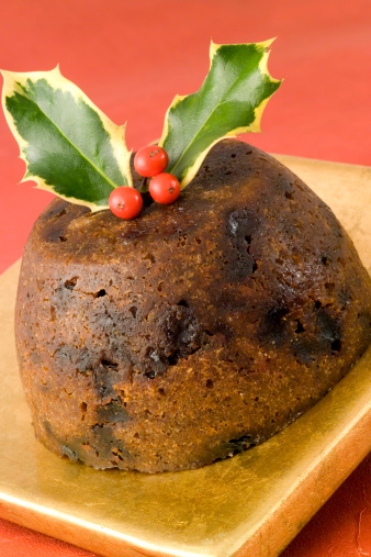 Tradition「Christmas pudding on gold plate and red tablecloth」:スマホ壁紙(5)