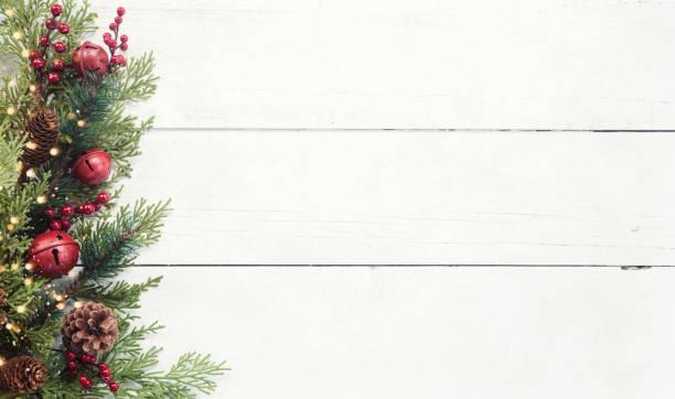 Christmas pine garland border on an old white wood background:スマホ壁紙(壁紙.com)