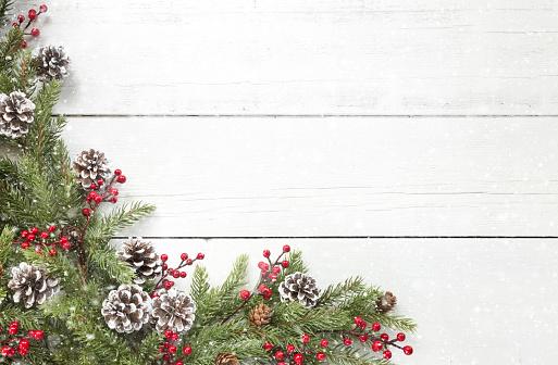Glitter「Christmas pine garland border on an old white wood background」:スマホ壁紙(6)