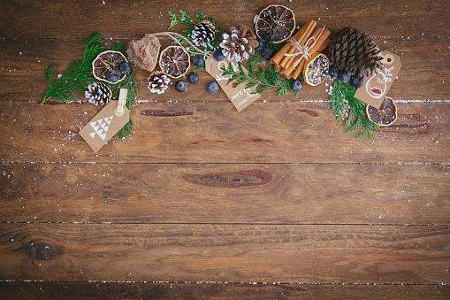 Cinnamon「Christmas pine cones, pine branches, cinnamon sticks, dried oranges and tags」:スマホ壁紙(8)