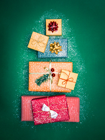 Receiving「Christmas presents on a green table in form of Christmas tree」:スマホ壁紙(18)