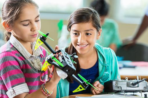 子供「Elementary age (小学校低学年)の使用中の学生 drones 科学技術クラス」:スマホ壁紙(3)