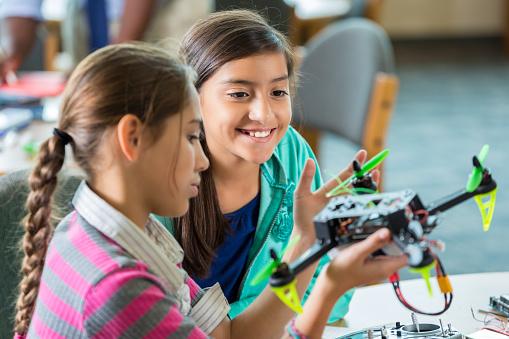 メカ「小学生の女の子 無人偵察機 使用中の学校のプログラム後」:スマホ壁紙(15)