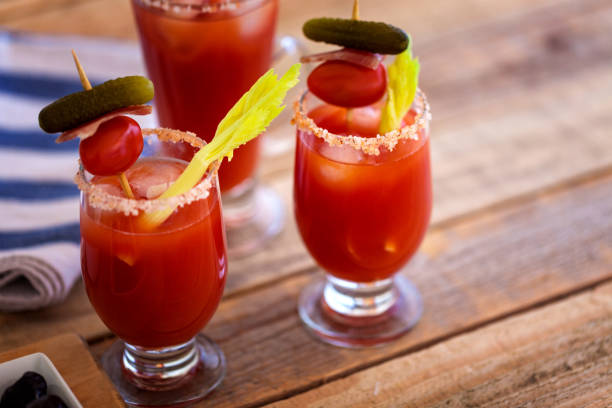 Bloody Mary cocktail in glass, close-up:スマホ壁紙(壁紙.com)