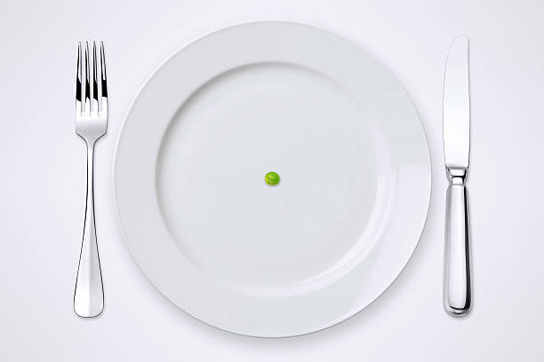 One Green Pea On Plate. Table Setting With Clipping Path.:スマホ壁紙(壁紙.com)