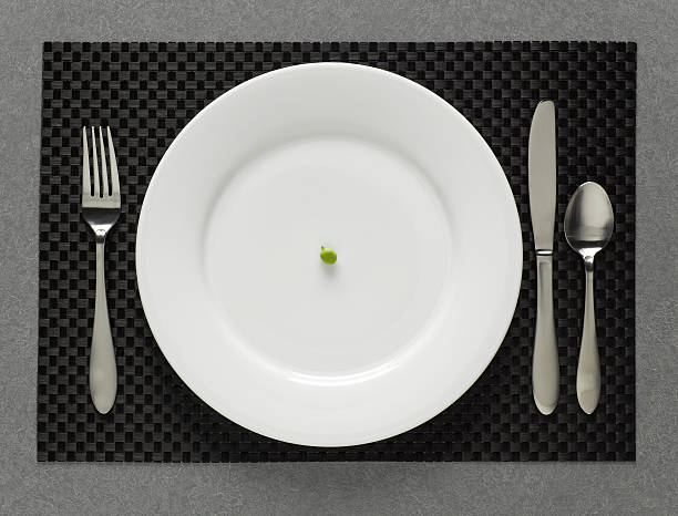 One green pea on white plate with table setting, elevated view:スマホ壁紙(壁紙.com)