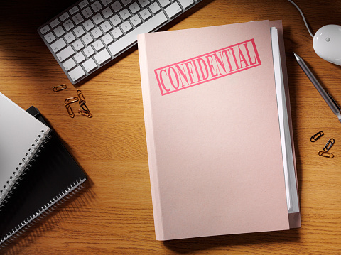 Pen「Confidential Folder on a Desk」:スマホ壁紙(18)