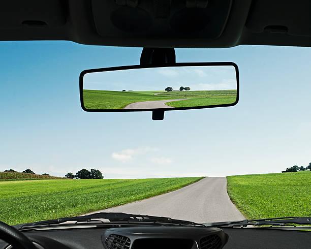 Road reflected in rear view mirror, close-up:スマホ壁紙(壁紙.com)