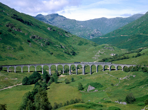 Sunny「West Highland Line. No.37188 crosses Glenfinnan viaduct with the 14:05 ex Fort William for Mallaig. 20.07.1984.」:写真・画像(3)[壁紙.com]
