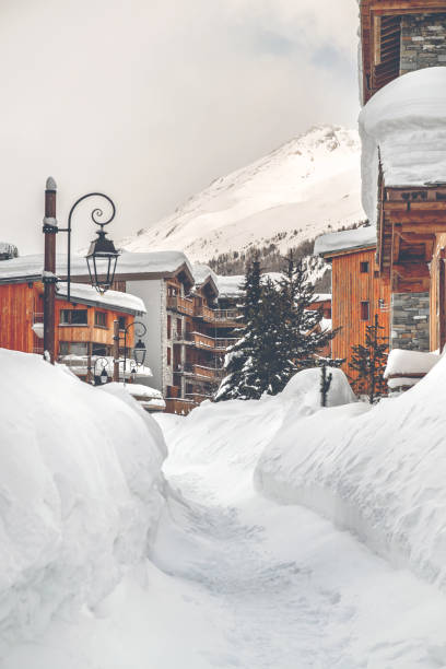 Wooden chalet and snow footpath in french ski resort of Val d'Isere:スマホ壁紙(壁紙.com)