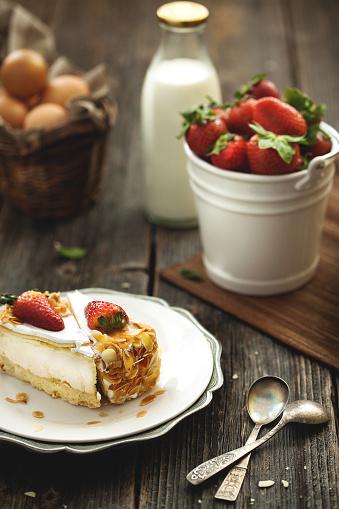 Almonds「新鮮なチーズケーキ、焼きアーモンドとストロベリーの木製テーブルを配しております。」:スマホ壁紙(15)